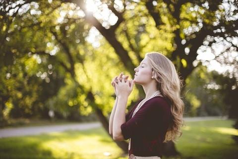 Photo medium pray female woman
