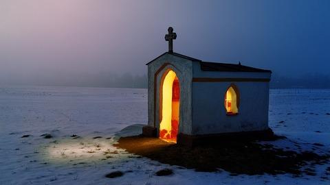 Photo medium kapliczka w zimie